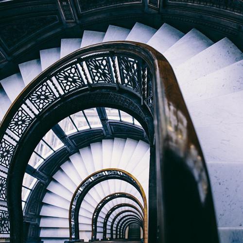 Chiếc cầu thang đen trắng
