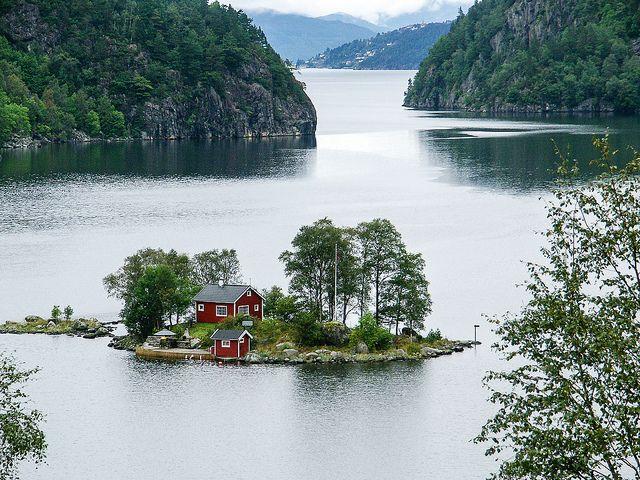 Ngôi nhà giữa hồ