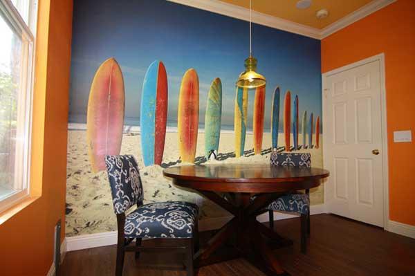 bức tường được vẽ hình những ván lướt màu sắc.