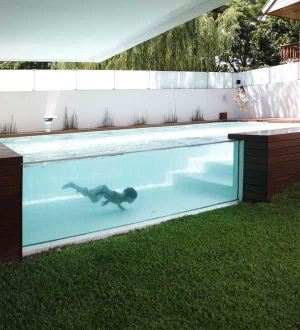 vách bể bơi bằng kính.