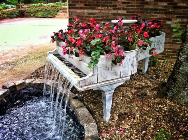 thác nước tuôn chảy trong vườn nhà