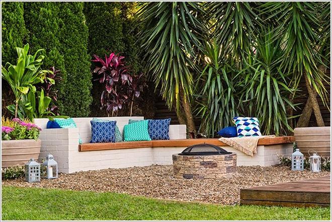 Bộ bàn ghế ấn tượng ngoài trời được tạo nên từ những viên gạch được sơn trắng, thêm chiếc lò sưởi và một vài chiếc gối màu sắc xinh xắn, gia đình bạn có nơi sinh hoạt chung ngoài trời ngay cả trong những ngày se lạnh