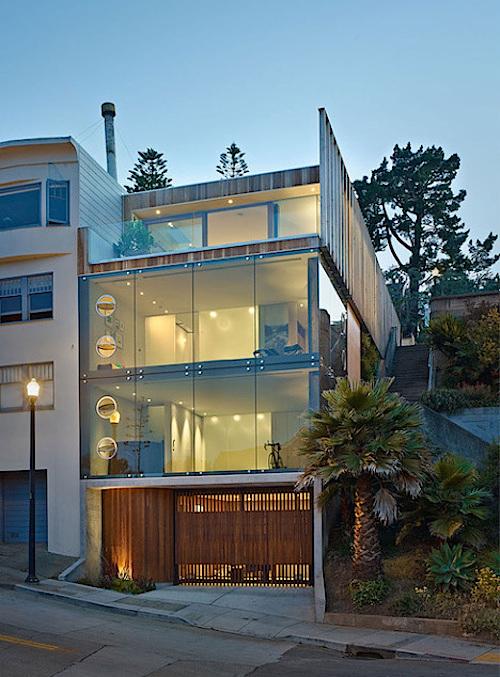 Với những tấm kính bao quanh, việc quan sát không gian bên ngoài với những người trong nhà sẽ vô cùng đơn giản nhưng những người bên ngoài lại không thể làm điều ngược lại