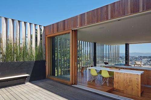 Ngôi nhà luôn tạo được cảm giác hoà hợp với thiên nhiên nhờ sử dụng những vật liệu đơn giản, đặc biệt là gỗ