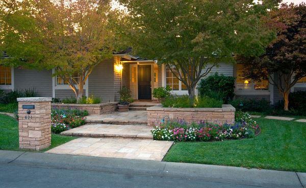 Với hoa và cỏ, sân nhà bạn sẽ sở hữu một lối vào đẹp như mơ
