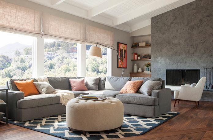 Chiếc ghế sofa lớn được ghép từ nhiều khối với nhau không chỉ giúp phòng khách thêm phần bề thế mà còn giúp cung cấp thêm chỗ ngồi cho những dịp nhà đông người ghé thăm
