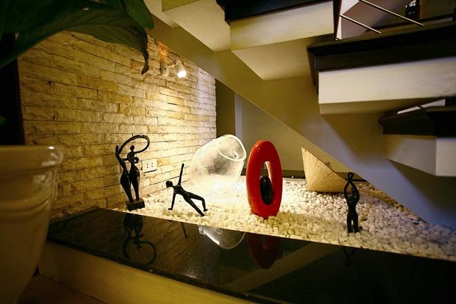 Khu vực gầm cầm thang trở thành nơi bày các tác phẩm