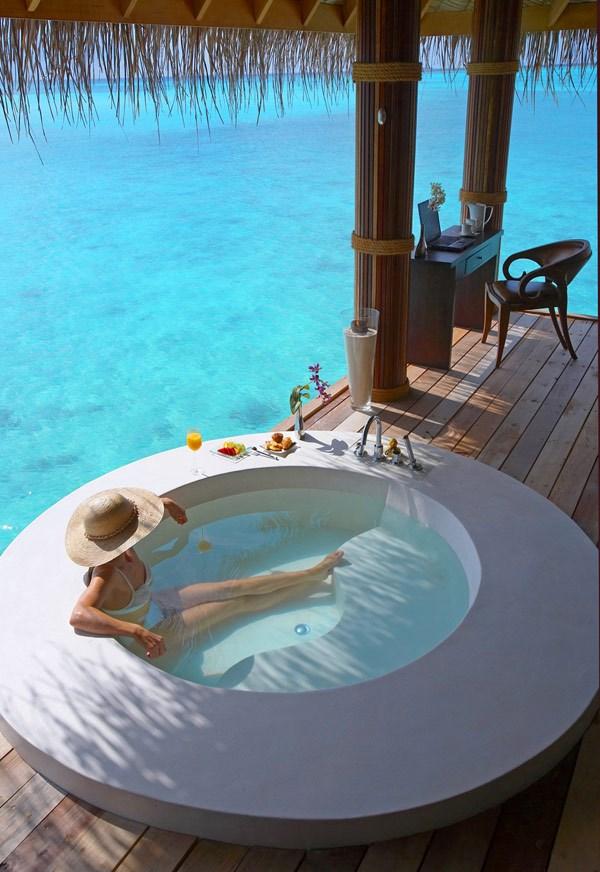 vừa tắm vừa như đang được thưởng thức những làn gió biển