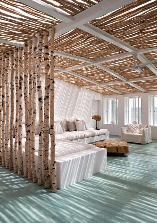Không gian phòng khách với những thân cây gỗ mộc mạc