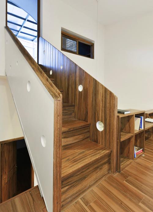 Những lúc cần giao hòa với thiên nhiên, chủ nhà có thể theo những  bậc cầu thang mộc mạc lên khoảng sân bí mật phía trên