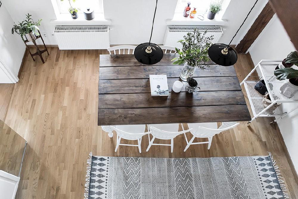 Không gian phòng bếp mang lại sự nhẹ nhàng với sự kết hợp gỗ mộc và thảm sàn đơn sắc