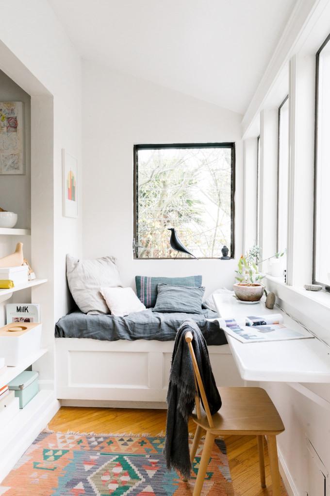 Tận dụng một miếng gỗ trắng kết hợp cùng với ghế đơn bên cửa sổ ngập tràn ánh sáng là bạn đã có một không gian làm việc tuyệt vời rồi