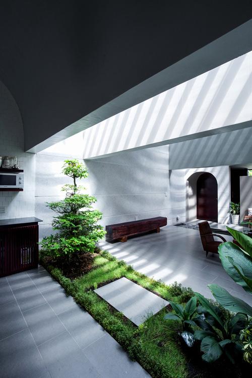 Ánh sáng và cây xanh luôn được tận dụng đưa vào bên trong ngôi nhà