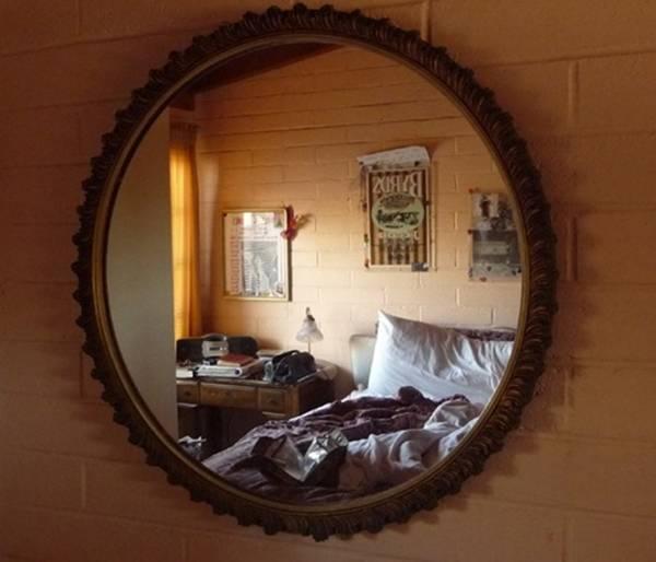treo gương đối diện cửa ra vào