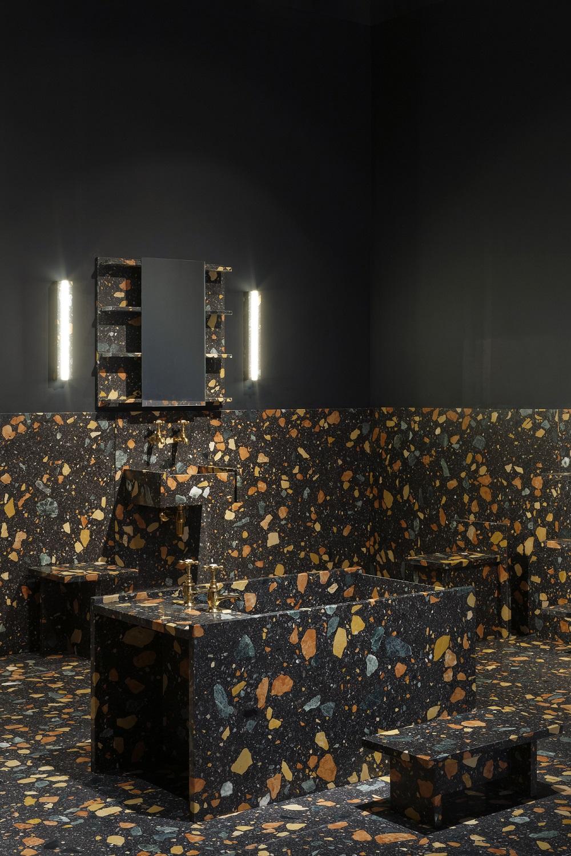 Phòng tắm gây ấn tượng mạnh với người ngắm bởi nội thất được bao phủ một lớp đá granito tông màu vàng - đen cá tính.