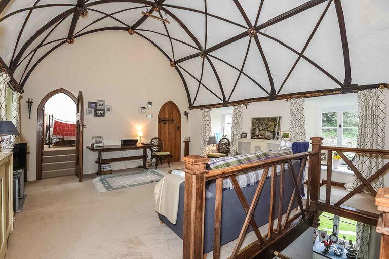 Bên trong nhà cổ, mái vòm truyền thống vẫn được giữ nguyên.