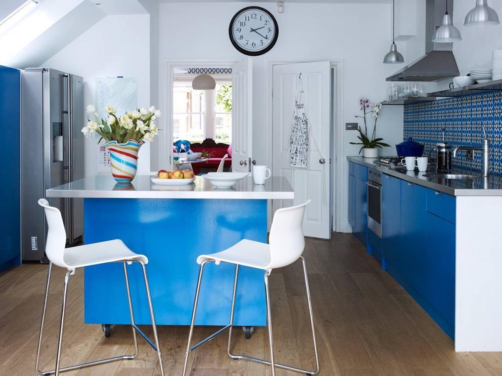 Tông màu xanh - trắng chủ đạo khiến gian bếp nhỏ trở nên thoáng rộng hơn.