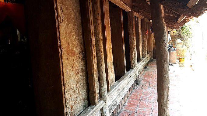 Hệ thống cửa chính của nhà cổ 400 gần tuổi có thể tháo lắp dễ dàng.