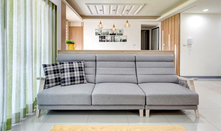 sofa phòng khách trong ngôi nhà sử dụng nội thất gỗ