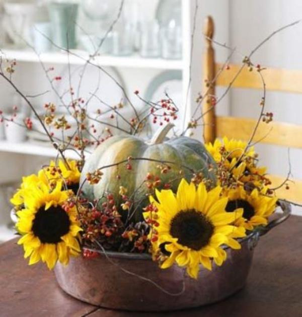phòng bếp được bài trí với hoa hướng dương