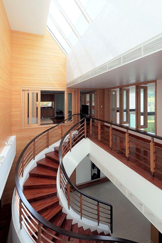 Cầu thang, tường và sàn gỗ