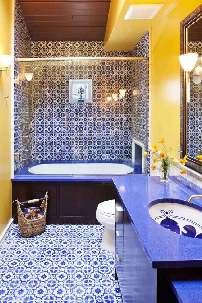 phòng tắm nhỏ sinh động