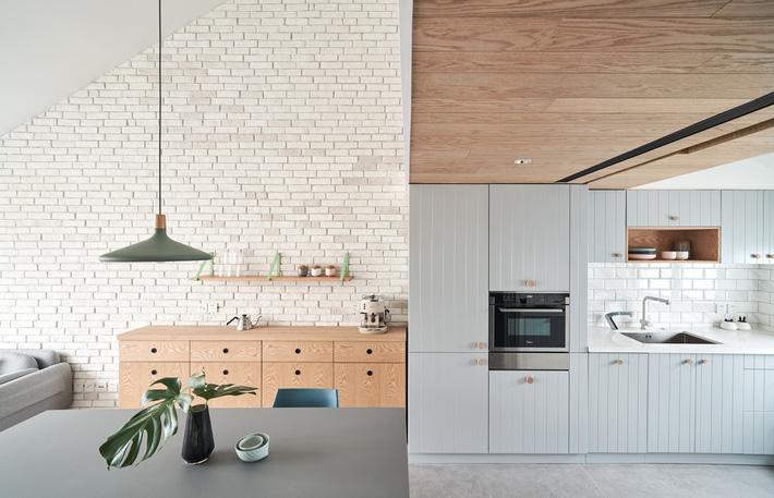 tủ bếp tông màu trung tính cao sát trần