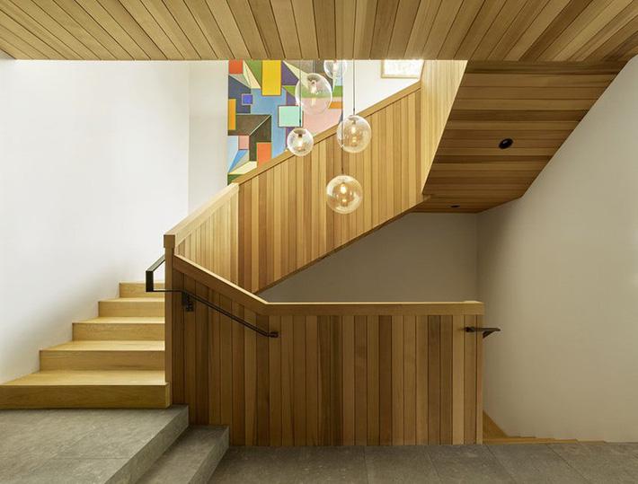 Mẫu lan can cầu thang bằng gỗ tự nhiên tông màu sáng