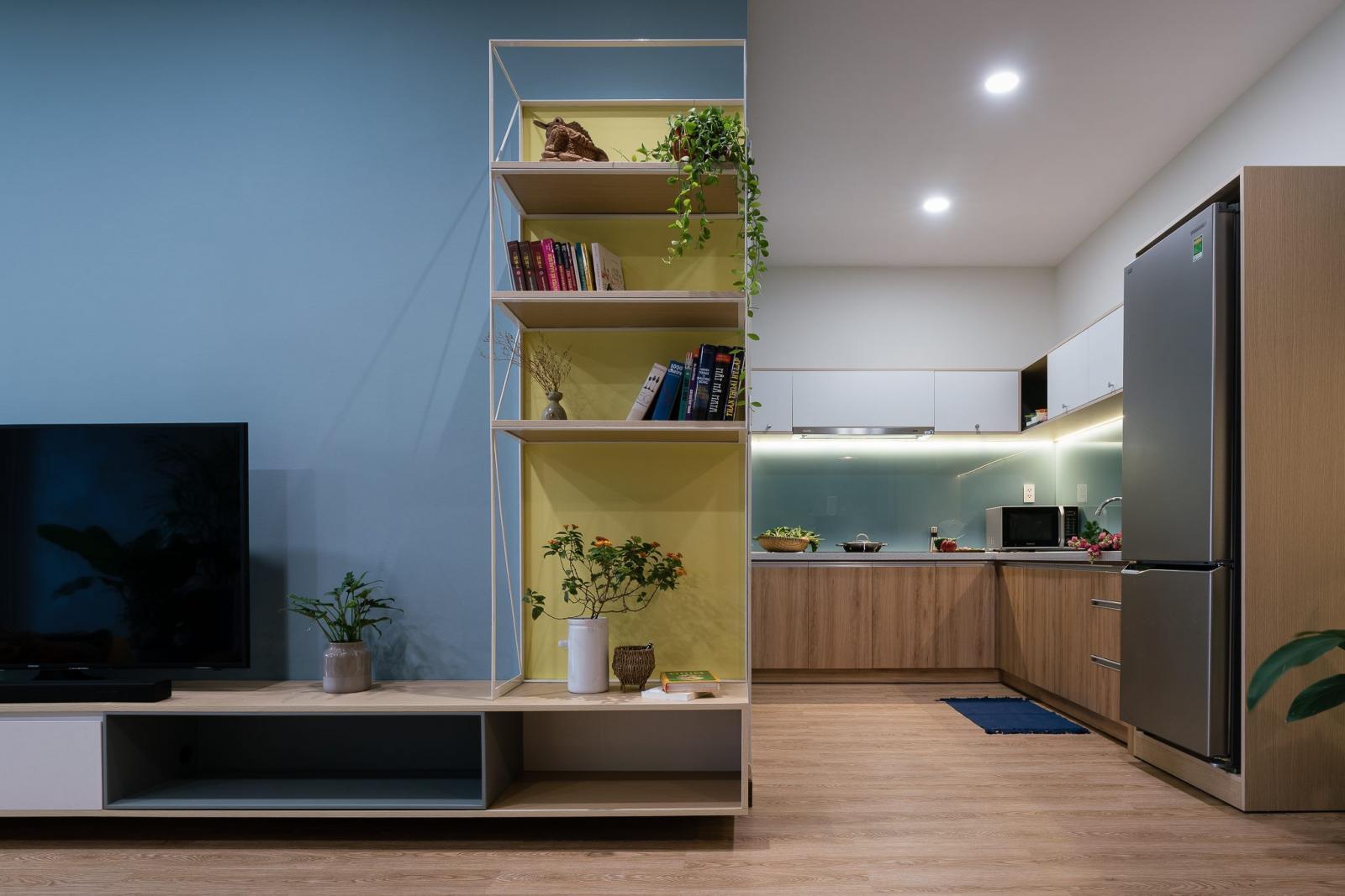 không gian bếp nấu nhìn từ phòng khách