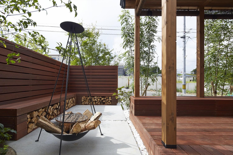 Hình ảnh không gian thư giãn ngoài trời được thiết kế với vật liệu gỗ tự nhiên chủ đạo