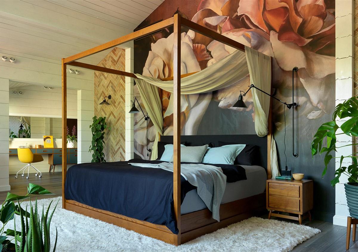 Hình ảnh toàn cảnh phòng ngủ với bức tranh tường đầu giường cực kỳ ấn tượng