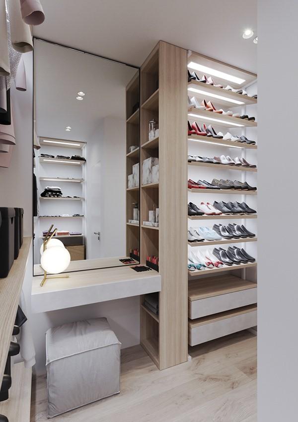Hình ảnh phòng thay đồ trong căn hộ với kệ giày dép cao sát trần, ngăn tủ quần áo lớn, gương soi