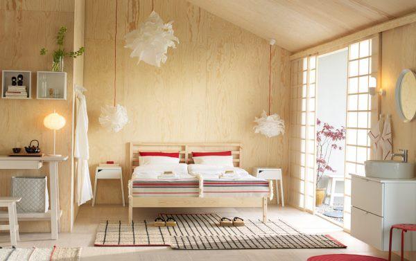 Hình ảnh phòng ngủ với tường ốp gỗ, chăn gối màu trắng, đèn bông tuyết, kệ trang trí