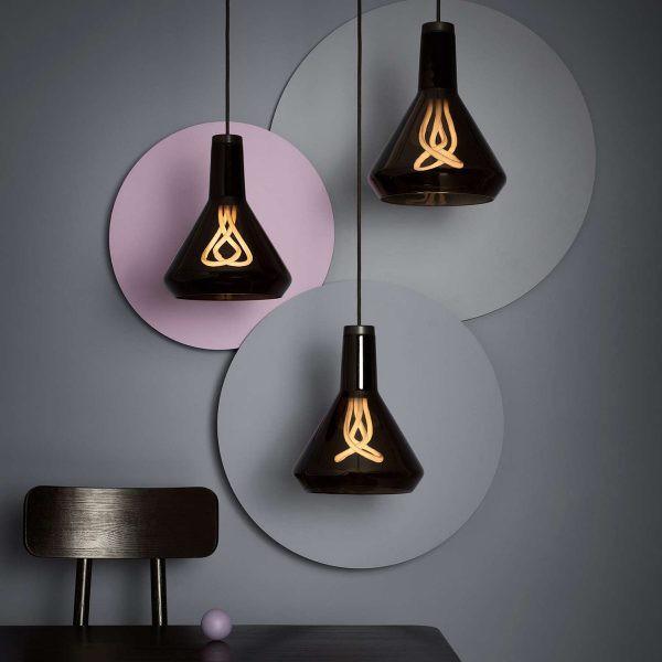 Hình ảnh bộ đèn thả dạng sợi đốt có thiết kế sáng tạo, bàn ghế màu đen, tường xám