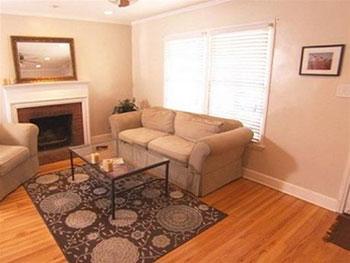 Cũng như phòng ngủ, phòng khách có diện tích rất nhỏ hẹp và đồ nội thất lớn trong phòng đã khiến nó càng trở nên nhỏ hẹp hơn
