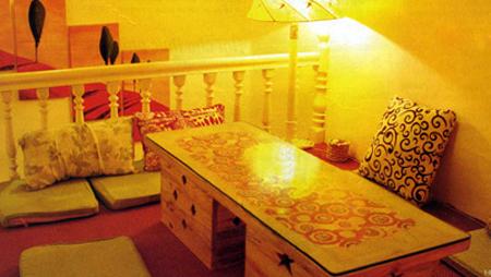 Bài trí theo kiẻu Nhật với thảm và những chiếc ghế tựa