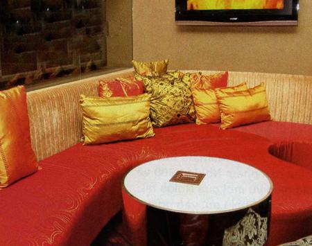 Thiết kế bộ sô-pha đơn giản dọc theo góc tường giúp không gian thông thoáng