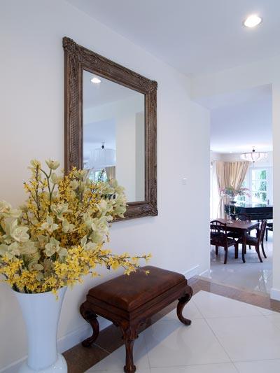Khung gương cũng mang giá trị nghệ thuật. Chọn khung gương nên phù hợp với đồ nội thất trong nhà - Ảnh: Trọng Minh