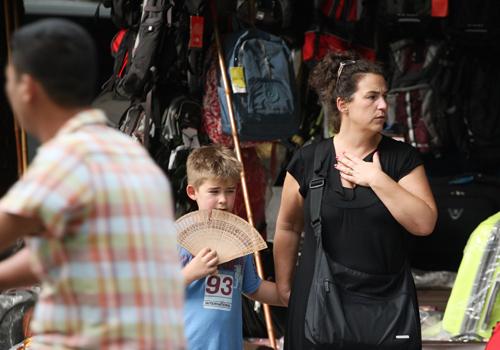khách nước ngoài qua đường ở Hà Nội