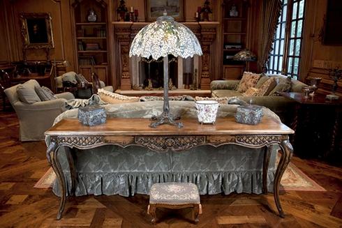 Cây đèn làm bằng loại kính Tiffany trứ danh là điểm nhấn của căn phòng sang trọng. Với kính Tiffany, mỗi chiếc đèn là một tác phẩm nghệ thuật, giá trị đến hàng triệu USD, mất vài năm để sản xuất.