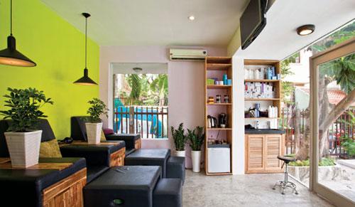 Gian phòng tầng trệt được cải tạo thành khu vực massage chân.