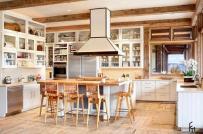 Căn bếp sang trọng hơn với nội thất gỗ