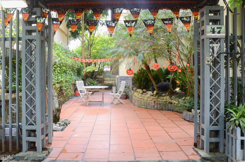 Một dãy cờ đuôi nheo mang hình quả bí ngô tung bay ngay trước cổng căn nhà.