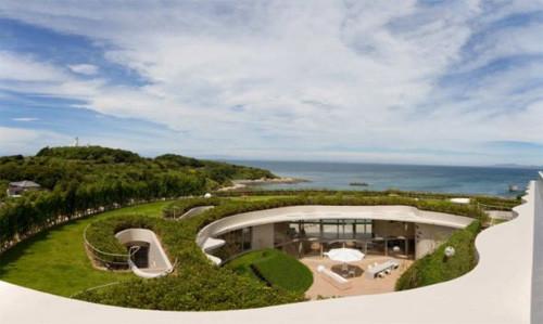 Khu resort ven biển của Nhật Bản cũng được bao quanh bởi vật liệu xanh từ cây cỏ thiên nhiên.