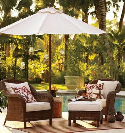 Bộ bàn ghế ngoài trời trở nên thanh lịch và hài hòa với tự nhiên