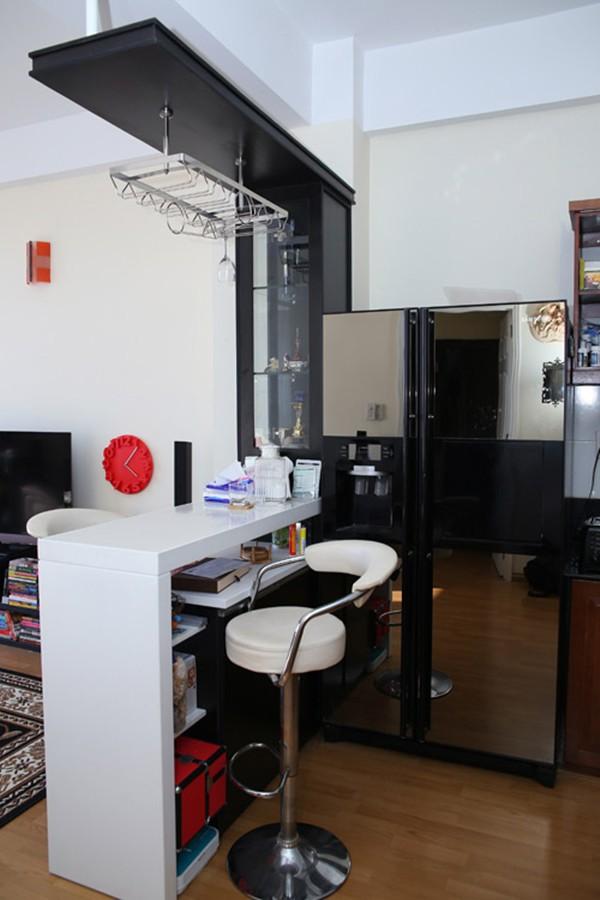 Quầy bar nhỏ ngăn cách không gian phòng khách và phòng bếp là ý tưởng độc đáo.