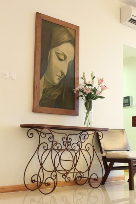 Những bức tranh treo tường cũng được chọn lọc hài hòa với phối cảnh.