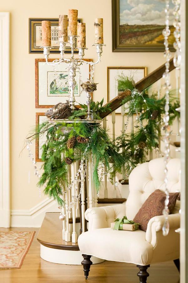 Nến, hạt cườm, lá và quả thông làm chiếc cầu thang trở nên lộng lẫy.