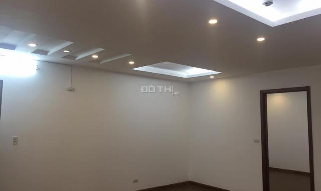 Cho thuê căn hộ chung cư ở tòa 335 Cầu Giấy, DT 90m2, 3 phòng ngủ đồ cơ bản. Giá 8 triệu/tháng