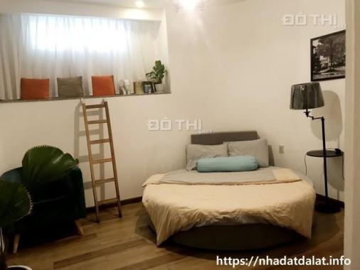 Ngôi nhà được bài trí tối giản nhưng rất hiện đại, ngay trung tâm phố thích hợp cho việc kinh doanh